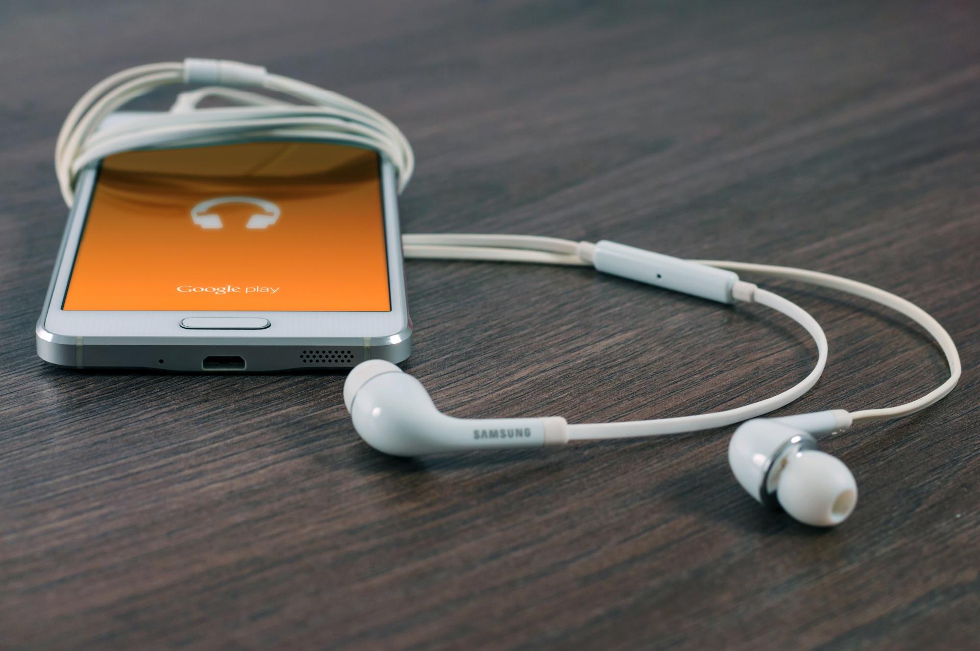 Le smartphone, écran favori pour surfer sur les applications et sites de radio